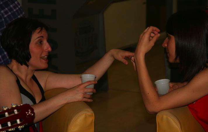 """""""Delfina e io in una delle nostre infinite conversazioni sul nulla"""" - Foto di Stanford"""