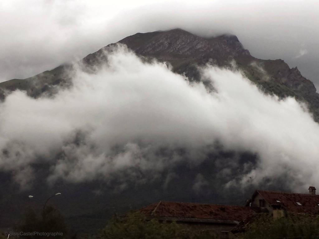 La nube che inghiottiva la montagna